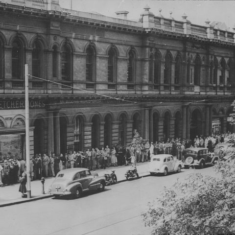 The amazing block long queues outside the FJ Collins St store in 1946. Photo: Jones Family Collection.